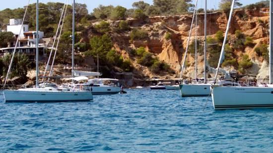 Fondear en una cala de Ibiza